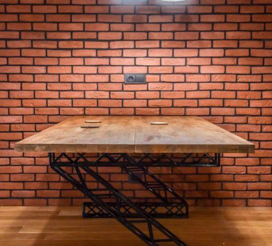 Stół Industrialny drewniany prostokątny z metalowymi nogami na ceglanej ścianie