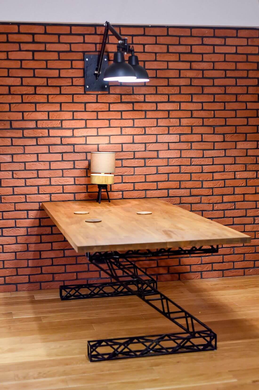 Stół Industrialny drewniany prostokątny z metalowymi nogami z lampką na ceglanej ścianie