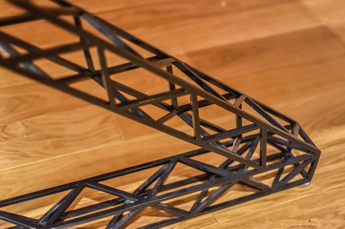 Czarne metalowe industrialne nogi stołu na parkiecie