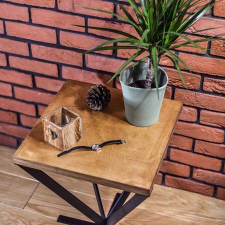 Stolik Kawowy Loft Kwadratowy K1 przy ceglanej ścianie