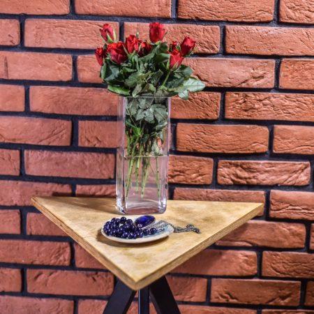Stolik Kawowy Industrialny Trójkątny T1 z wazonem z różami