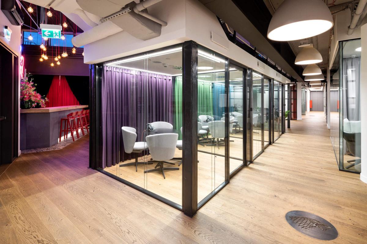 Szklane ściany loftowe w biurach w Studio HBO Polska