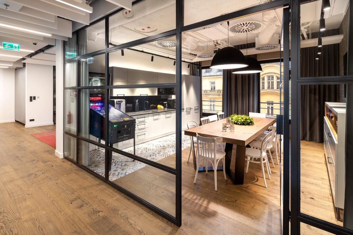 Szklane ściany loftowe w kuchni Studio HBO Polska