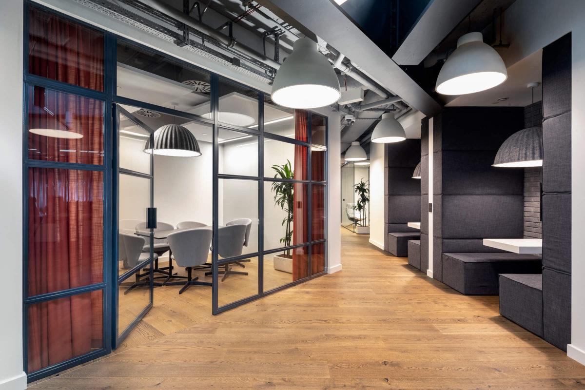 Szklane ściany loftowe w pokoju konferencyjnym w Studio HBO Polska