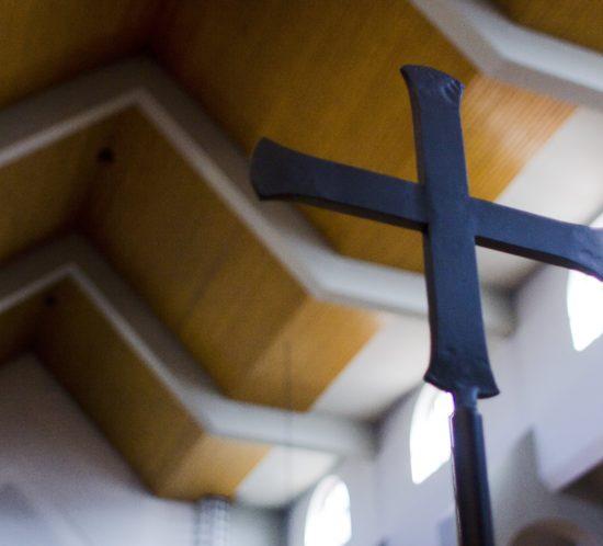 Metalowy Krzyż Liturgiczny stojący w prezbiterium, używany także podczas procesji w kościele Dominikanów w Rzeszowie.
