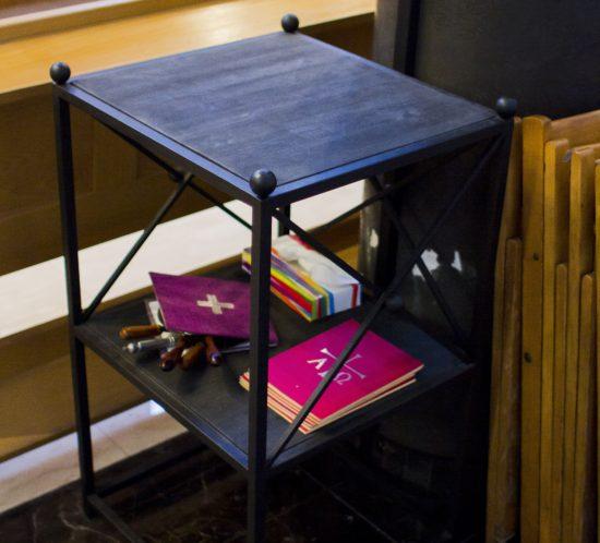 Stolik Liturgiczny Metalowy z drewnianymi półkami do przechowywania przedmiotów liturgicznych.