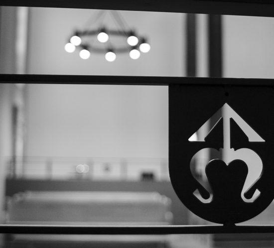 Metalowy Emblemat rodu Odrowążów zainstalowany w barierce za ołtarzem w nawie bocznej w kościele Dominikanów w Rzeszowie.