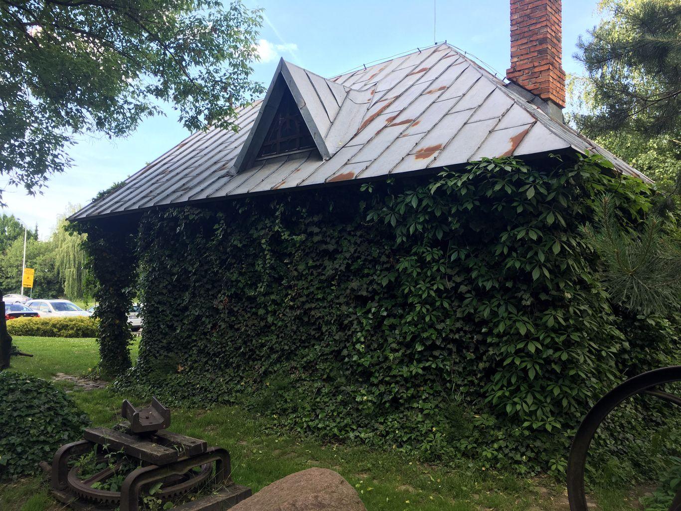 Muzeum kowalstwa w Warszawie - Dom obrośnięty bluszczem i ceglany komin