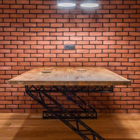 Stół Industrialny Loft drewniany z metalowymi czarnymi nogami w kształcie litery Z robionymi ręcznie na ceglanej ścianie