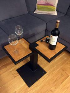 Stolik Kawowy Industrialny Dwublatowy na jednej nodze z kieliszkami oraz winem i otwieraczem do wina