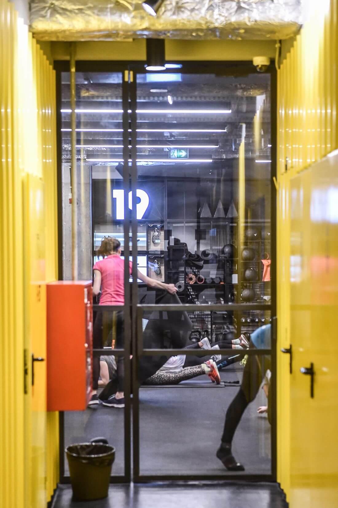 Drzwi Loftowe Czarne Metalowe Zamknięte w żółtym korytarzu w Adidas Runners Warsaw