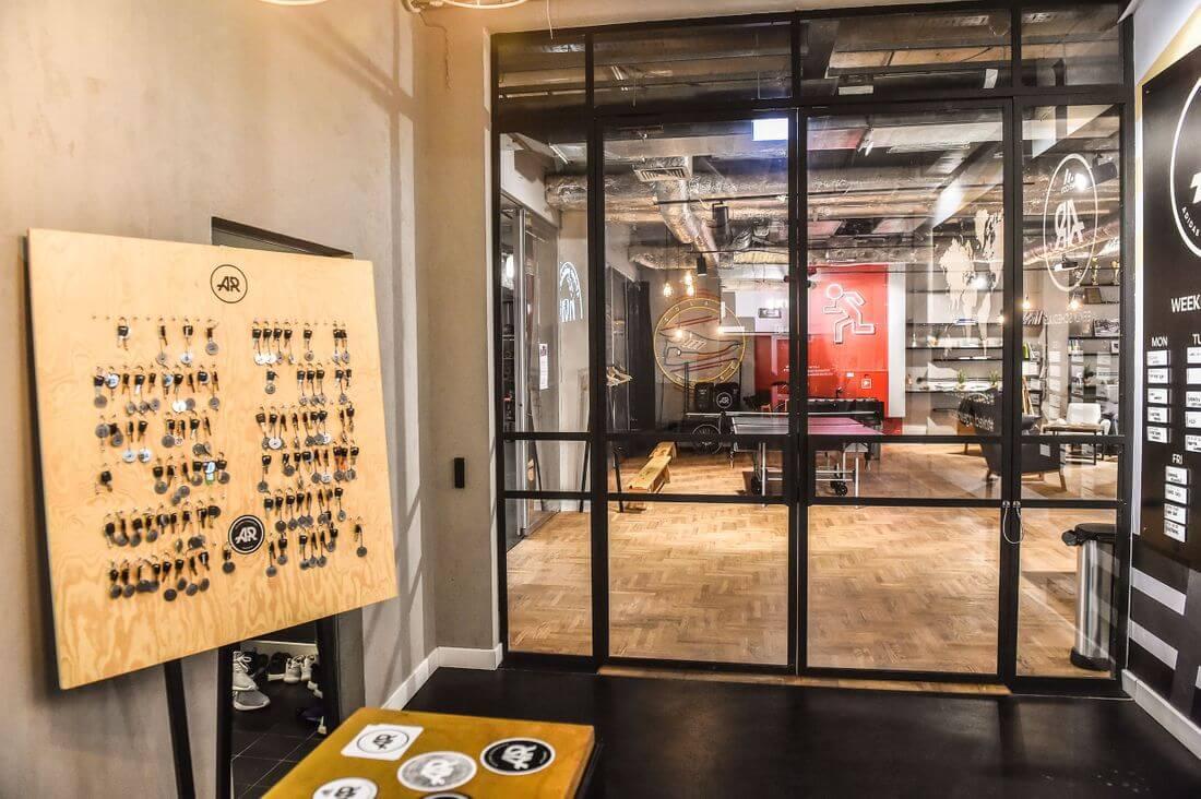 Drzwi Loftowe i Ściany Loftowe Przeszklone Czarne Metalowe Zamknięte oraz Drewniana Tablica na klucze w Adidas Runners Warsaw