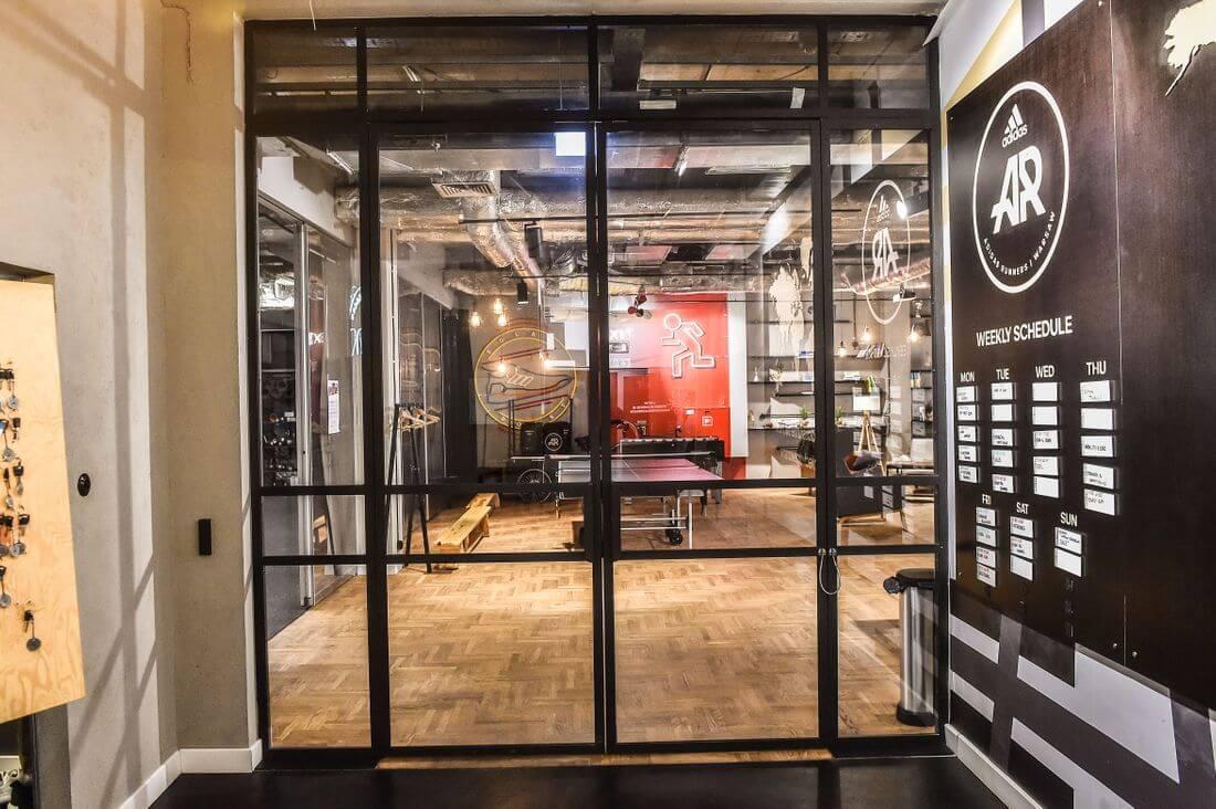 Drzwi Loftowe i Ściany Loftowe Przeszklone Czarne Metalowe Zamknięte w Adidas Runners Warsaw