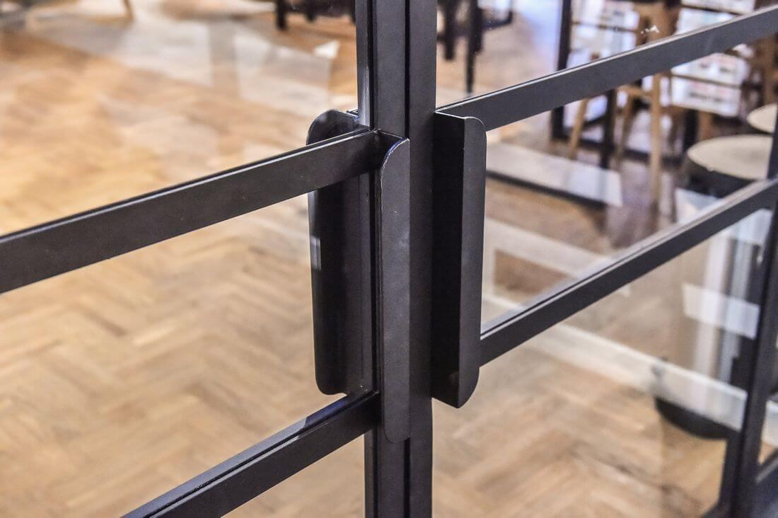 Drzwi Loftowe i klamke do otwierania drzwi industrialnych w Adidas Runners Warsaw