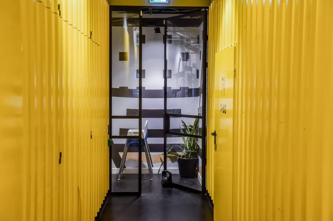 Drzwi Loftowe i Ściany Loftowe Przeszklone Czarne Metalowe w Adidas Runners Warsaw w żółtym korytarzu