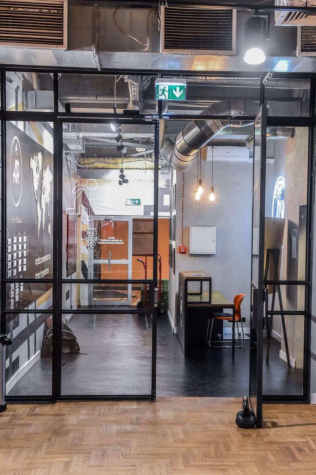 Drzwi Loftowe i Ściany Loftowe Przeszklone Czarne Metalowe w Adidas Runners Warsaw