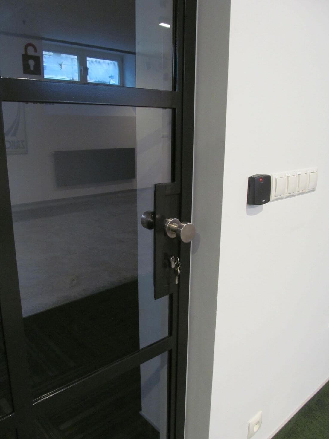 Drzwi Loftowe Zamykane z okrągłą klamką w biurze EIP Group ze szkła wzmacnianego 33.1 z folią zabezpieczającą