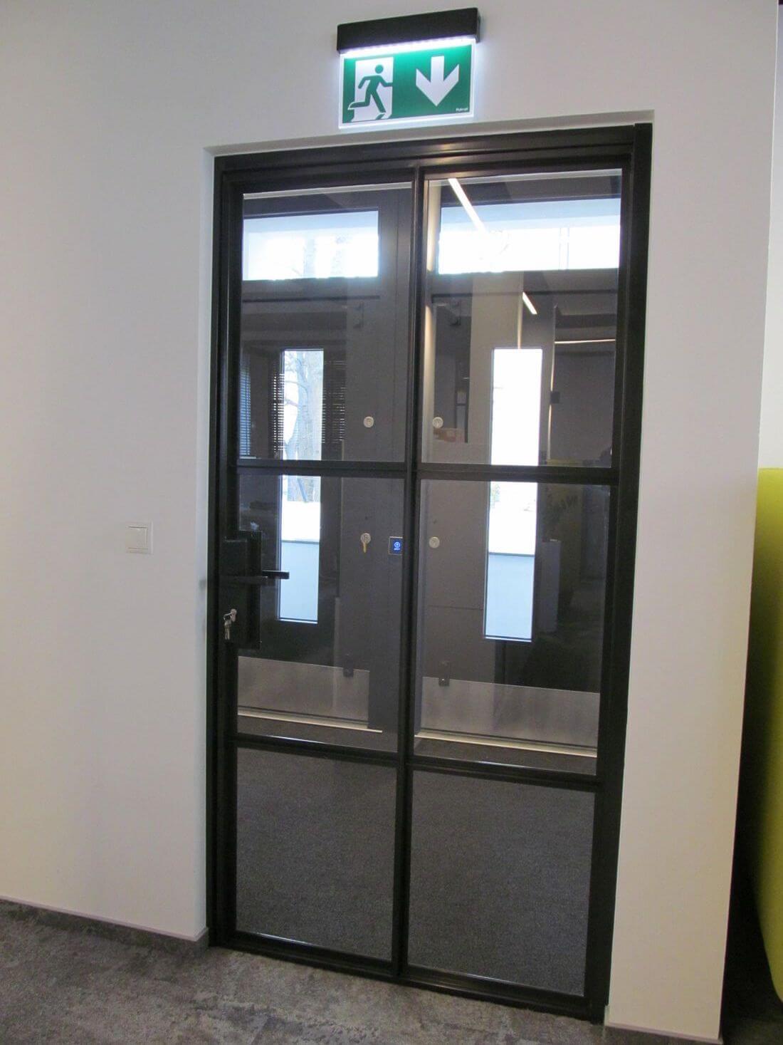 Drzwi Loftowe Zamykane w biurze EIP Group wykonane ze szkła wzmacnianego 33.1 wraz z folią zabezpieczającą