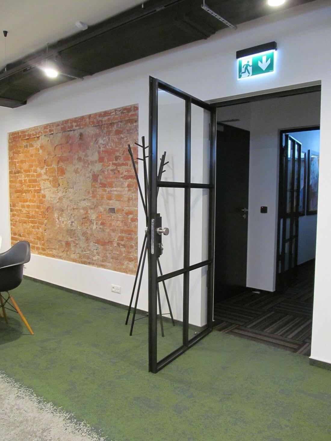 Drzwi Loftowe Industrialne Uchylne w biurze EIP Group wykonane ze stali konstrukcyjnej i szkła wzmacnianego 33.1