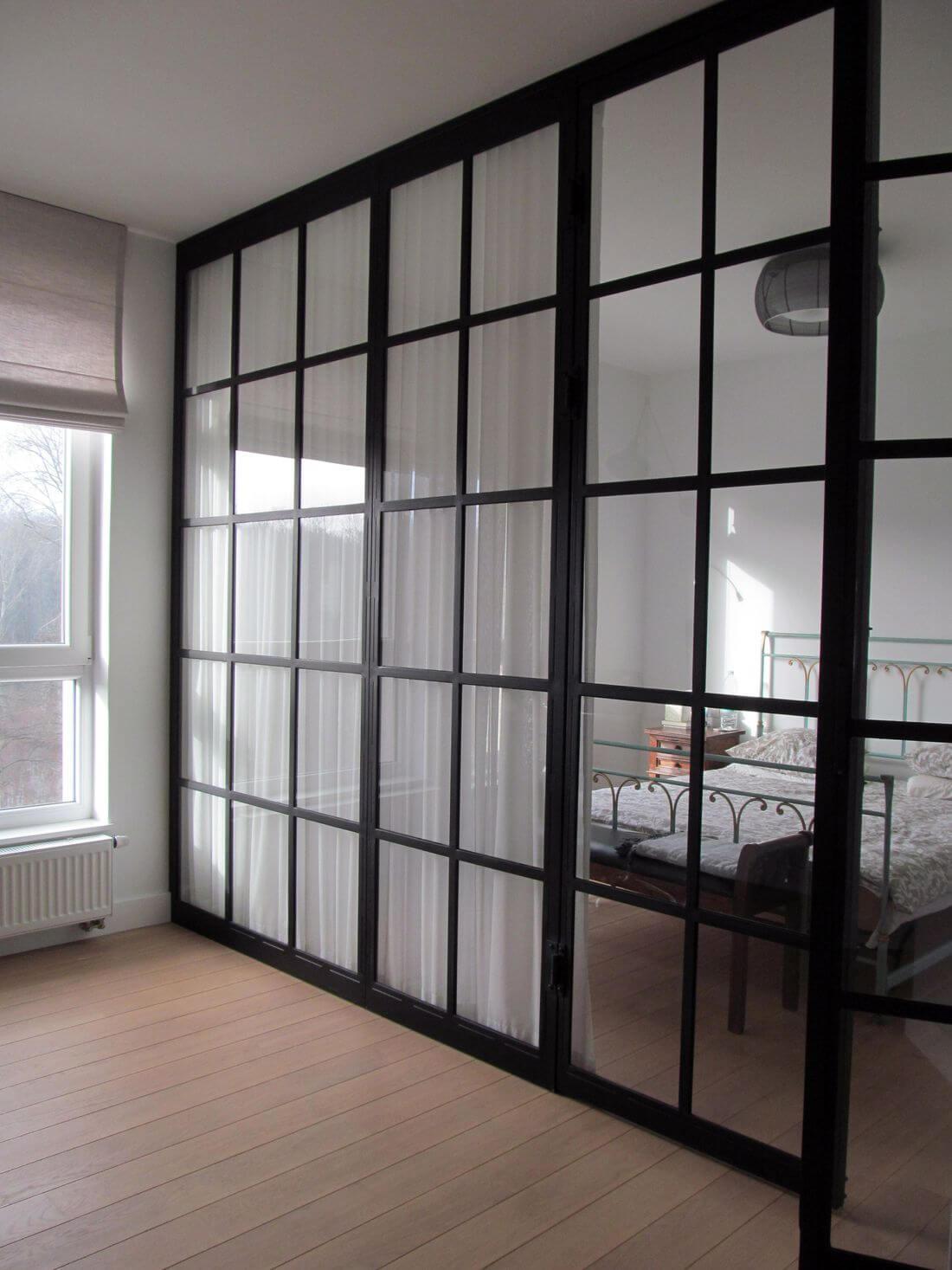 Puertas del vidrio de la casa y del apartamento y del dormitorio - metal negro relleno de vidrio transparente desde el suelo hasta el techo