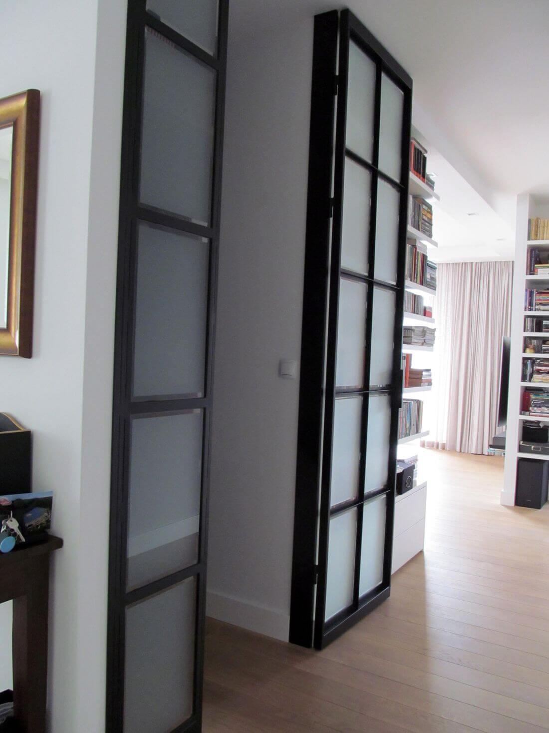 Drzwi Loftowe do Garderoby lub Szafy na wysokość całego pomieszczenia – uchylone na oścież