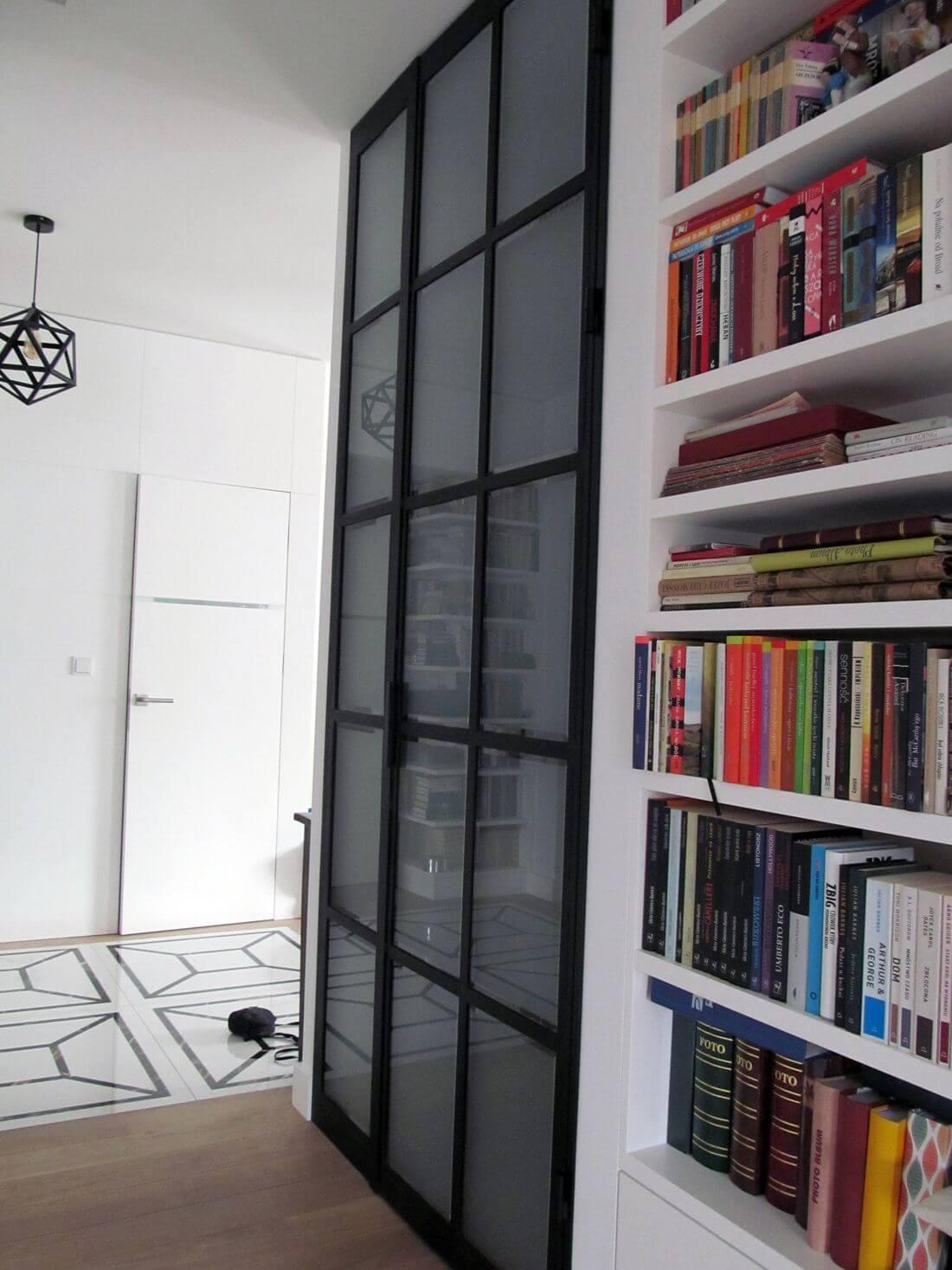 Drzwi Loftowe do Garderoby lub Szafy zamontowane w ścianie na wysokość całego pomieszczenia – zamknięte na oścież