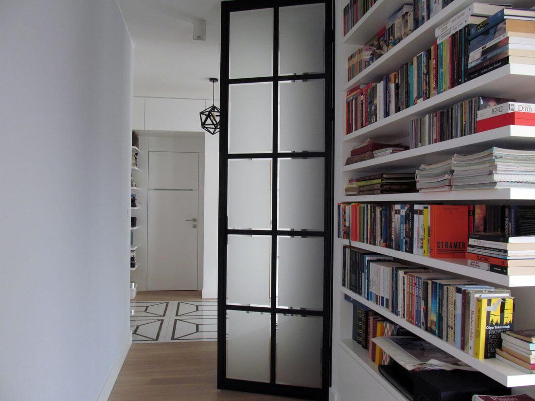 Drzwi Loftowe do Garderoby lub Szafy zamontowane w ścianie na wysokość całego pomieszczenia z matowym szkłem