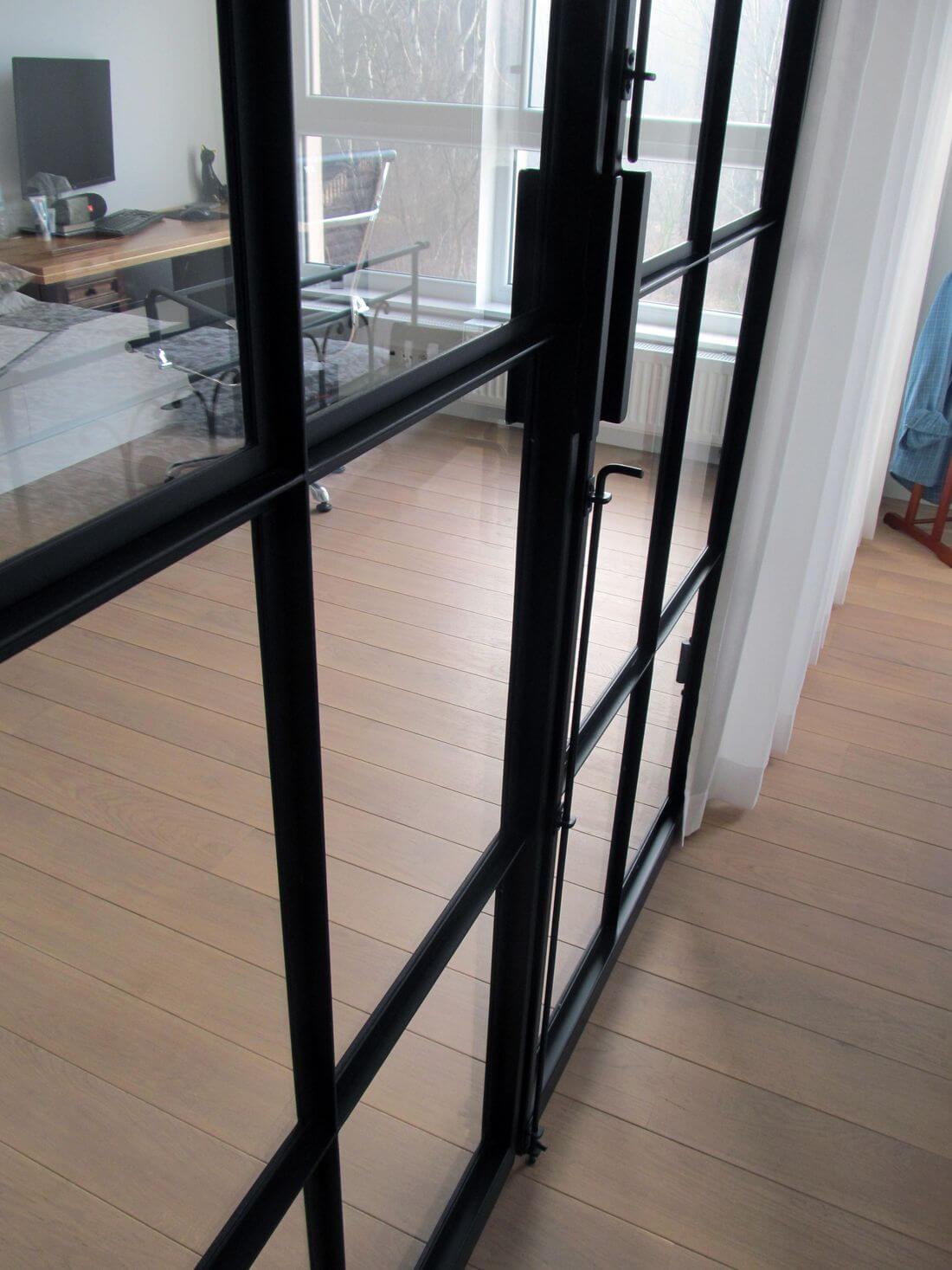 Metalowa klamka do szklanych drzwi industrialnych wykonana z metalu
