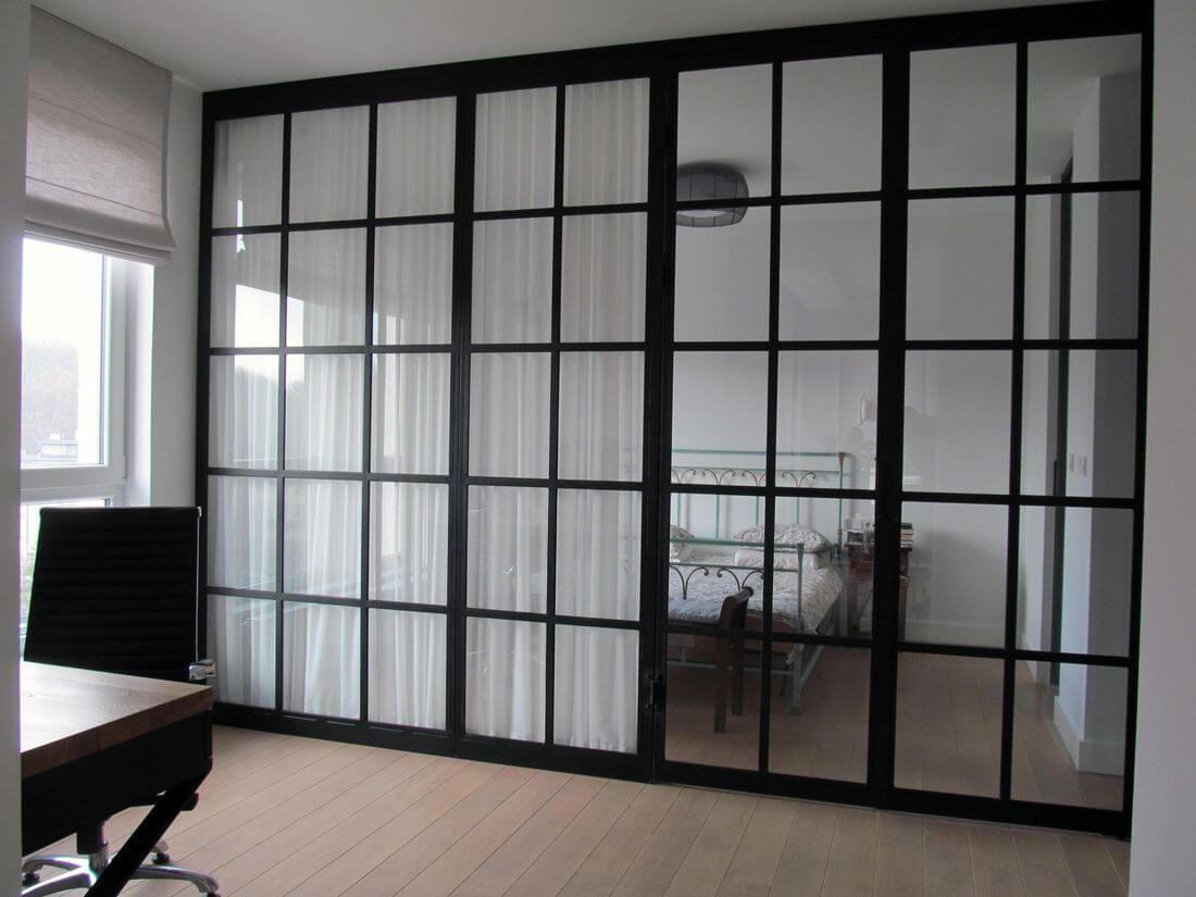 Puertas de Cristal a la casa, el apartamento, el dormitorio y la sala de estar con la pared del vidrio cerrada - pintada de negro
