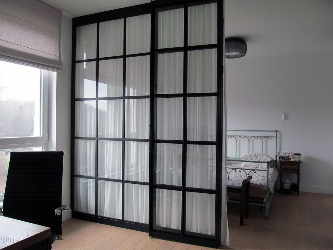 Las puertas de Vidrio de la casa y el apartamento y el dormitorio y la sala de estar a la altura de toda la habitación - entreabierta