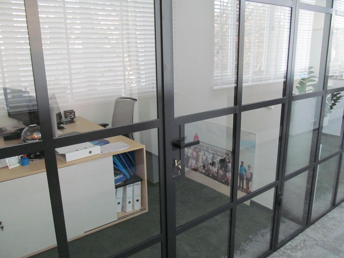 Puertas de cristal de la oficina de EIP en Polonia con vidrio con la pared de vidrio en estilo industrial