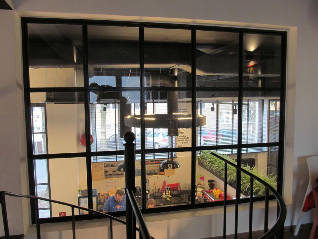 Przeszklona ściana loftowa ze stali konstrukcyjnej oraz specjalnie wzmacnianego szkła 33.1 z folią zabezpieczającą