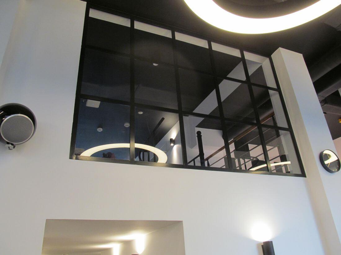 Szklana przezroczysta ściana loftowa w industrialnym stylu ze szkła 33.1 oraz czarnej stali konstrukcyjnej w EIP