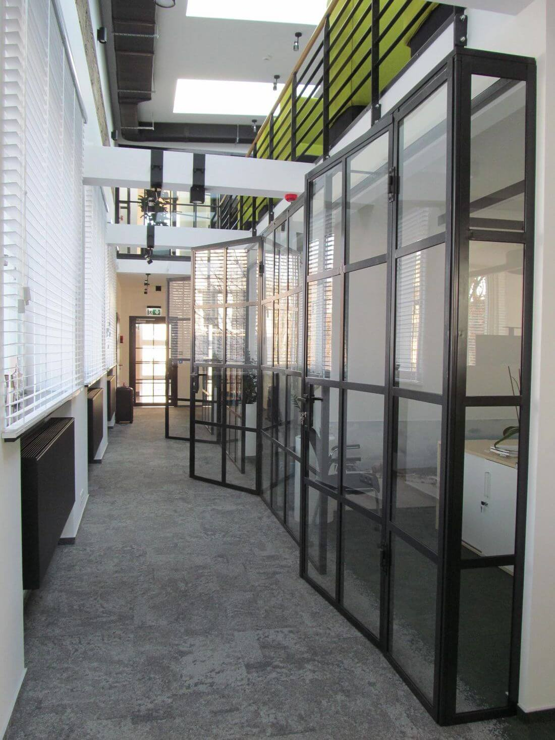 System Ścianek Loftowych i Drzwi Industrialnych Szklanych ze stali konstrukcyjnej pomalowanej kolorem RAL 7021