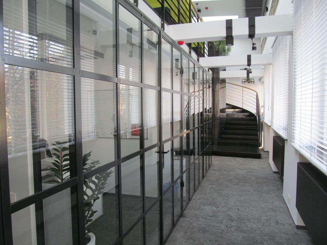 System Drzwi i Ścianek Loftowych Industrialnych Szklanych ze stali konstrukcyjnej pomalowanej kolorem RAL 7021