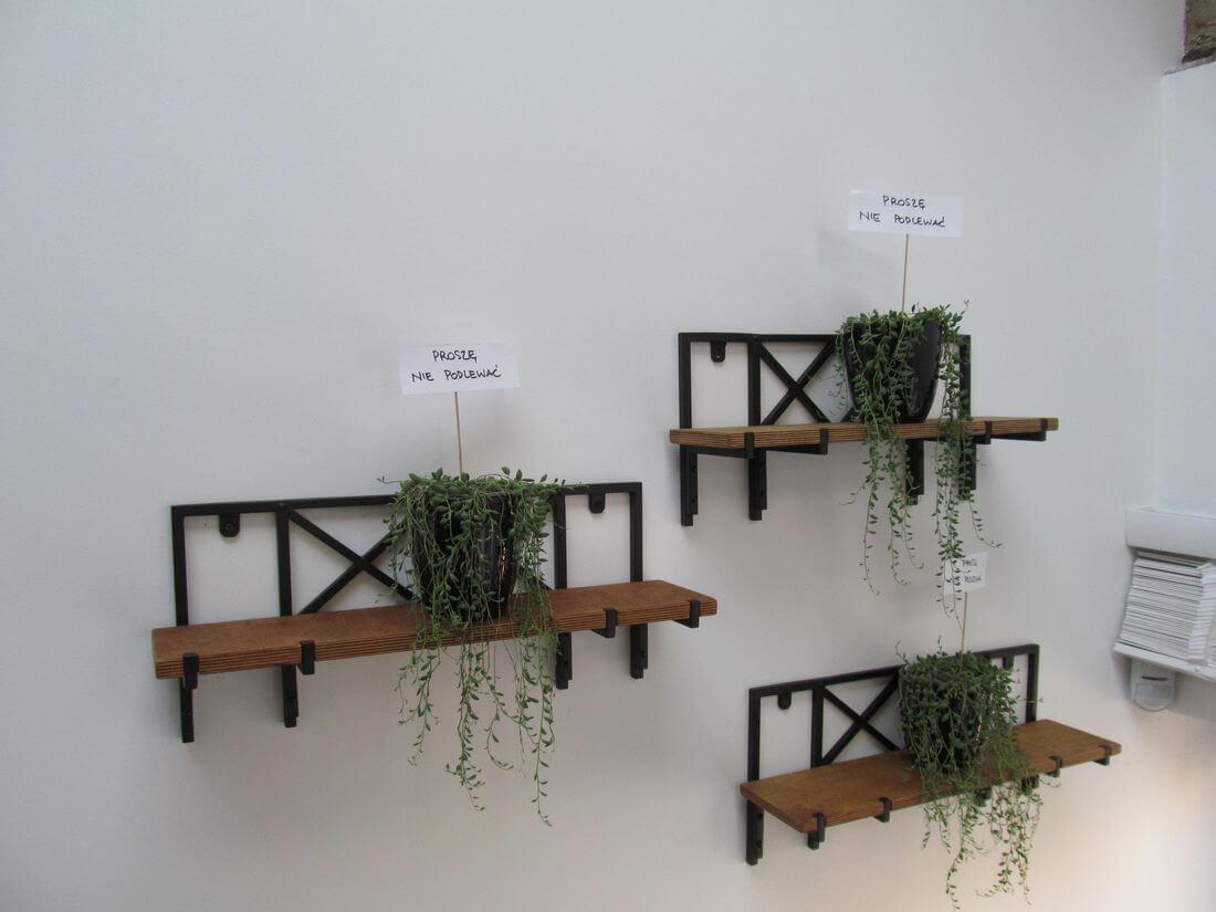 Wiszące Metalowo Drewniane Kwietniki na Żywe Rośliny w biurze EIP w Warszawie