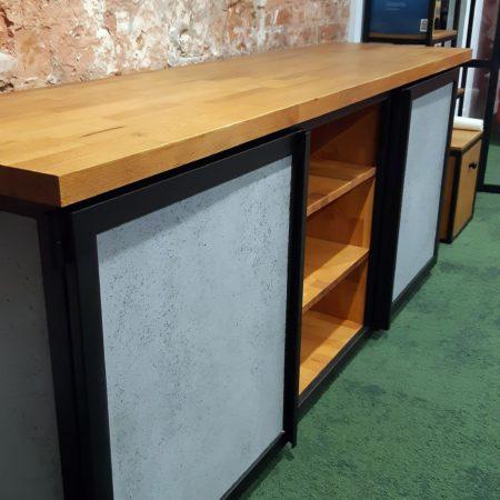 Drzwi do szafek w komodzie loftowej z betonu strukturalnego wzmacnianego włóknem szklanym oparte na metalowej ramie