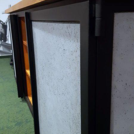 Ściany i drzwi do szafek komody z czarnej stali konstrukcyjnej i betonu strukturalnego wzmacnianego włóknem szklanym