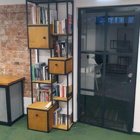 Regał Loft wysoki na książki wykonany ze stali konstrukcyjnej oraz drewna dębowego – drzwi loftowe industrialne przeszklone