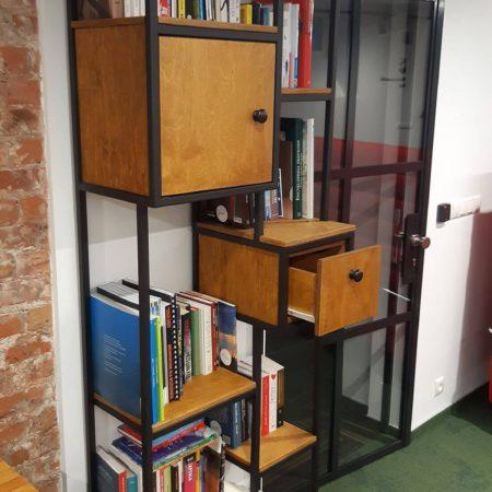 Drewniany metalowy regał loftowy na książki wykonany w industrialnym stylu ze stali konstrukcyjnej i sklejki dębowej