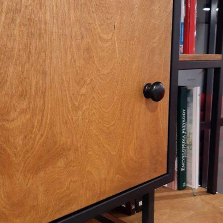 Szafka z drewnianymi drzwiami z liściastej sklejki dębowej w regale loftowym na książki wykonanym w stylu industrialnym