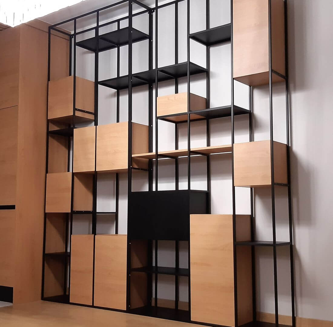 Regał loftowy industrialny z metalowymi i drewnianymi półkami oraz miejscami na doniczki z roślinami domowymi