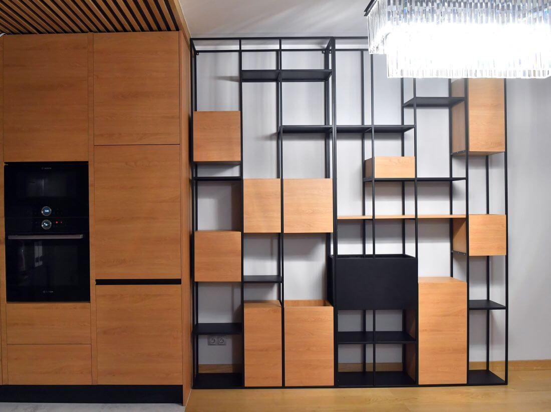 Regał Industrialny Loft z profili 15 mm z płyty laminowanej EGGER DĄB zainstalowany w kuchni oraz jadalni