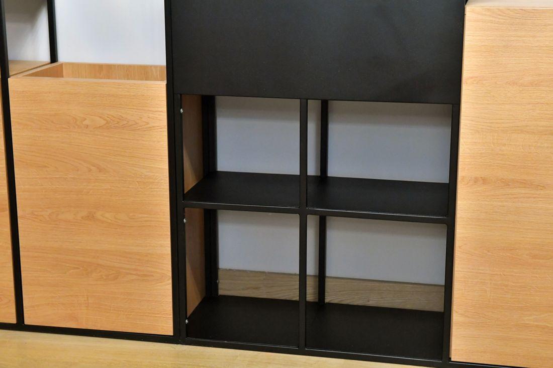 Szafki z płyty Egger Dąb oraz półki ze stali konstrukcyjnej pomalowane na czarno RAL 9005
