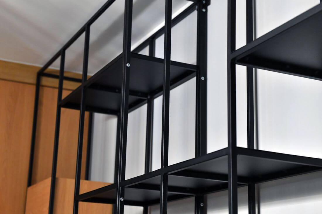 Regał loftowy ze stali konstrukcyjnej z profili 15 mm - pomalowany kolorem RAL 9005 proszkowo w stylu tzw. drobnej struktury