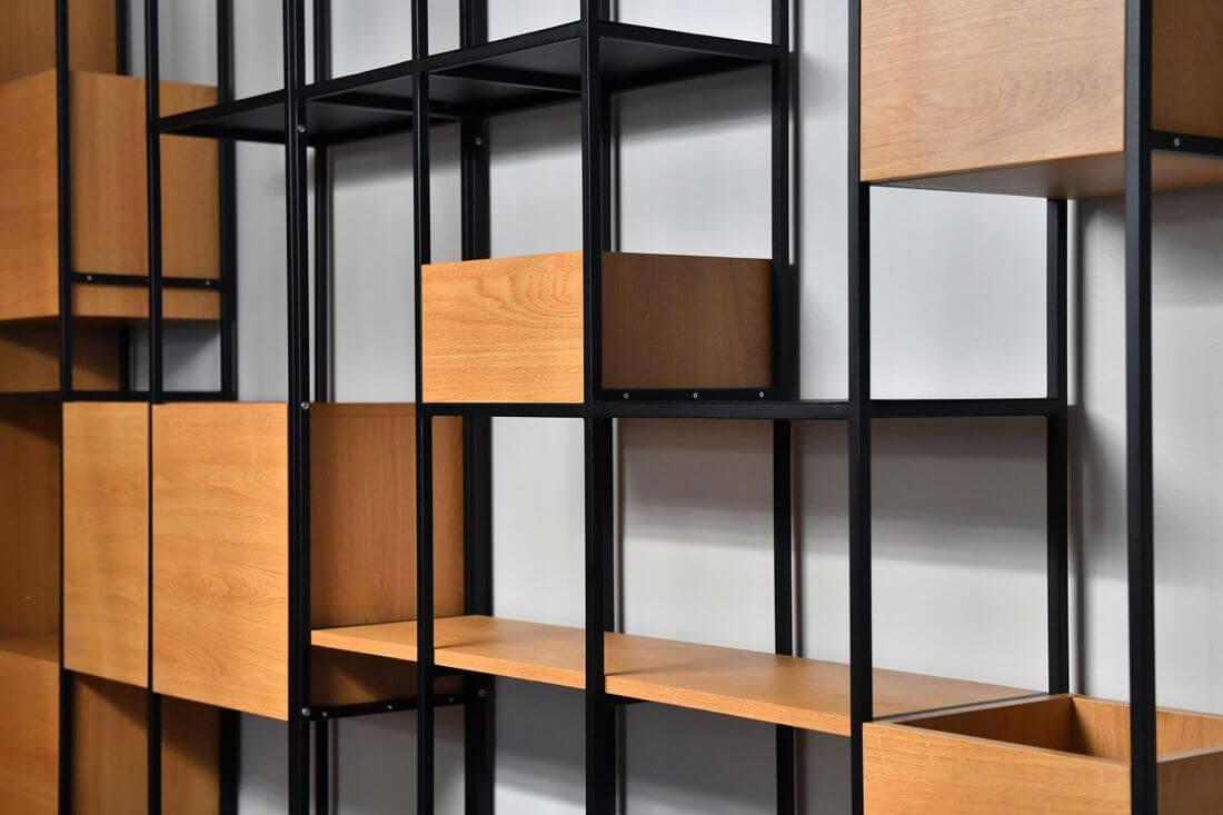 Półki i szafki w regale loftowym industrialnym wykonane z płyty laminowanej Egger Dąb wpasowane w profile 15 mm