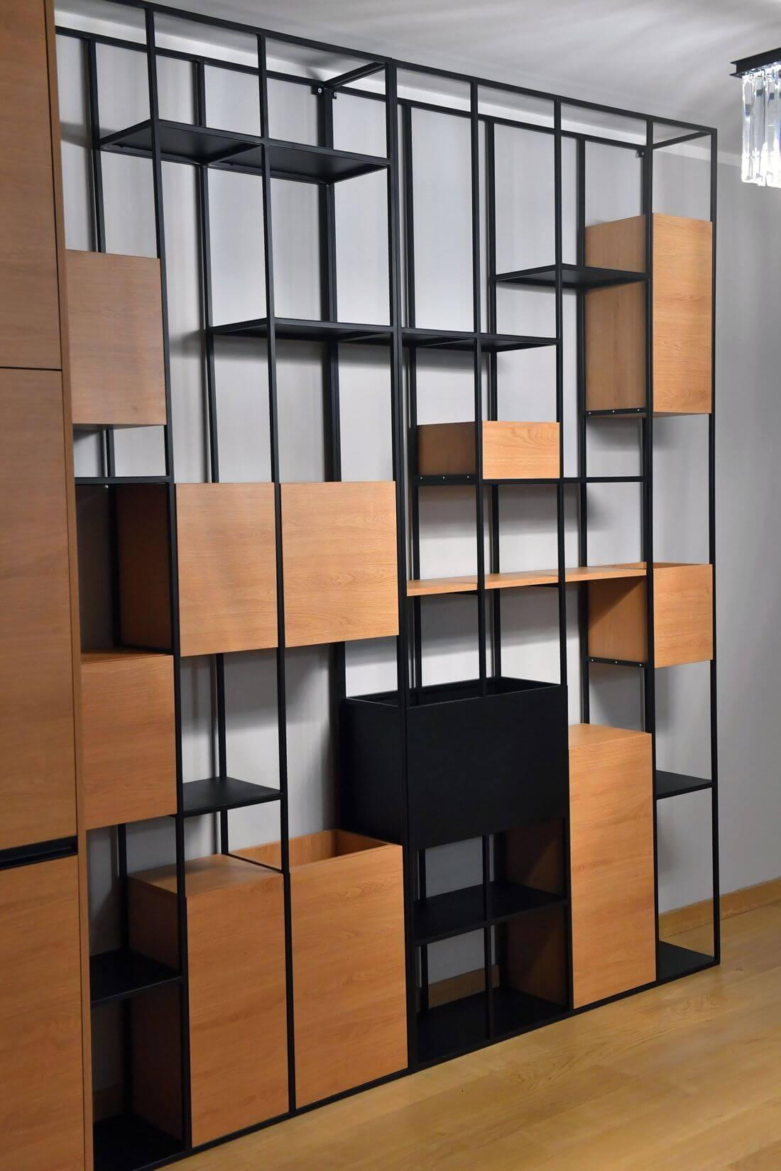 Regał Loft pomalowany proszkowo na czarno RAL 9005 w stylu drobnej struktury w apartamencie o wysokości 271 cm