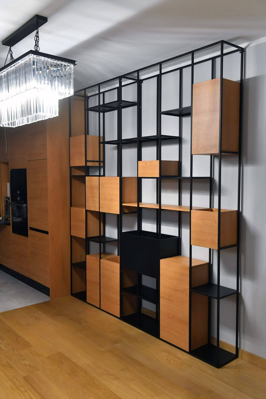 Regał Loft Industrialny R2 ze stali konstrukcyjnej, drewna, pomalowany na czarno stojący przy białej ścianie