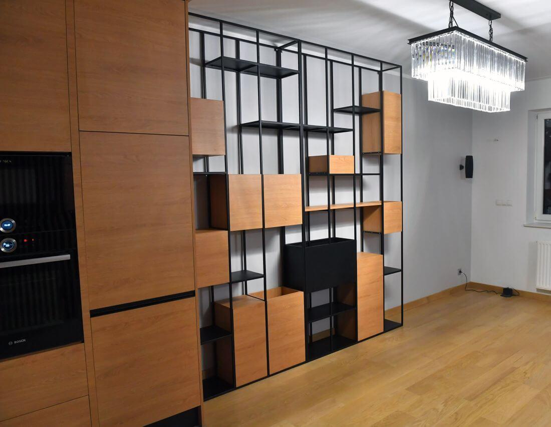 Regał loftowy wykonany z metalowych profili 15 mm lakierowanych proszkowo oraz płyt laminowanych Egger Dąb