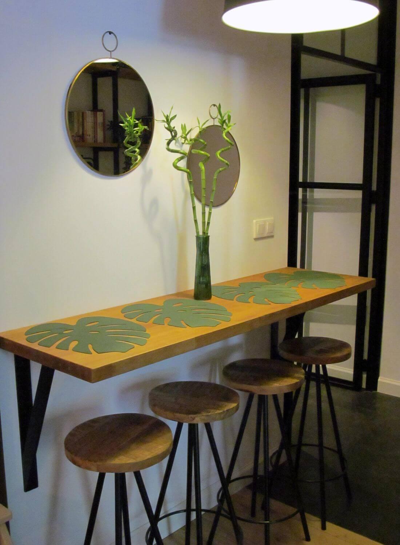 Bar Loftowy z krzesłami barowymi wykonany z czarnej stali i olejowanego dębu w mieszkaniu - Mieszkanie Loft - Warszawa Praga